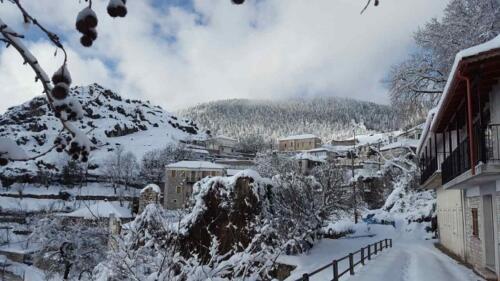 Χιονισμένη γειτονιά στο Κεράσοβο © Θεοδοσία Ντάλλα