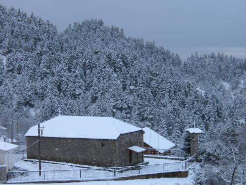 Χιονισμένη εκκλησία της Παναγίας στο Λημέρι © Ντίνος Αλέστας