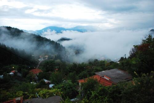 Και με ομίχλη αυτό το χωριό δείχνει μαγευτικό © Ντίνος Αλέστας