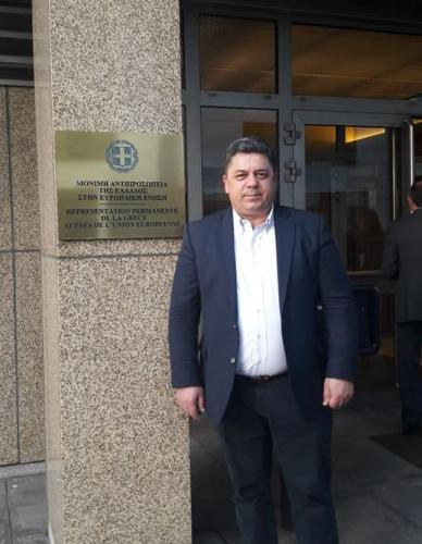 Ο Δήμαρχος έξω απ' τα γραφεία της Μόνιμης Αντιπροσωπείας