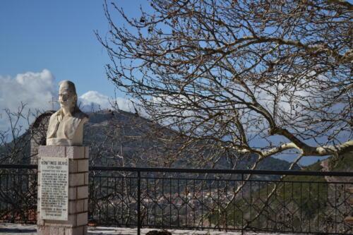 Στη γενέτειρά του στέκει αγέρωχος, ο ήρωας Κώστας Βελής © Ευαγγελία Διαμαντοπούλου